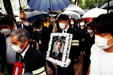 圖中手捧遺像者為朴元淳的兒子,特地從英國趕回來奔喪,但也因為「情況特殊」而免去了...
