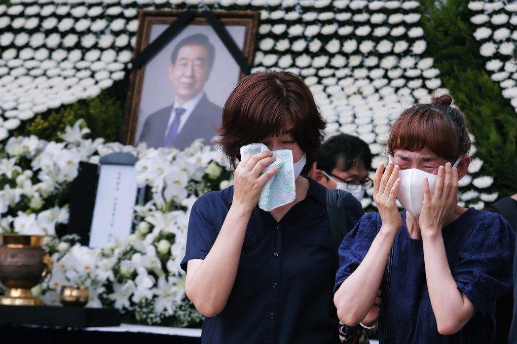 朴元淳的支持者痛哭落淚。但另一方面,也有越來越多人參加連署表達反對,認為朴市長涉...