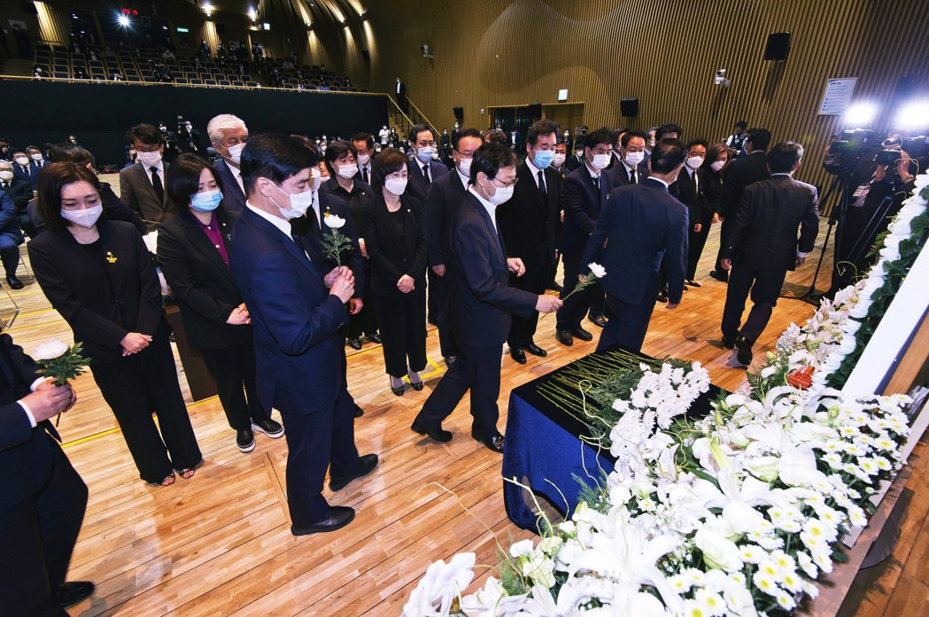 圖為南韓前總理李洛淵,13日帶著共同民主黨的國會議員們前往靈堂致意。李洛淵與朴元...