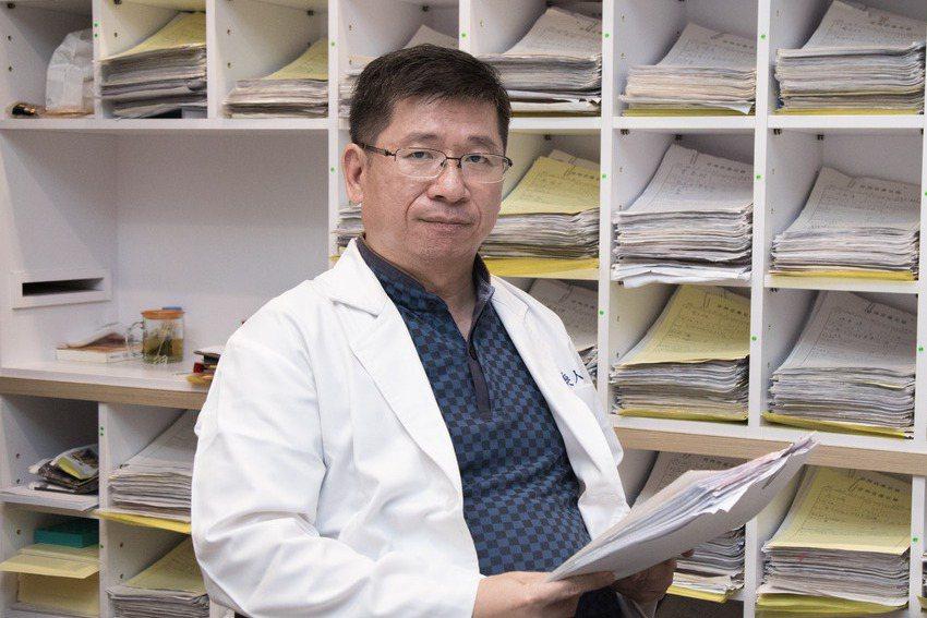 旗山唯一的一間精神科診所,在李俊人經營下,已累積了四千多張病歷。記者許詩愷/攝影