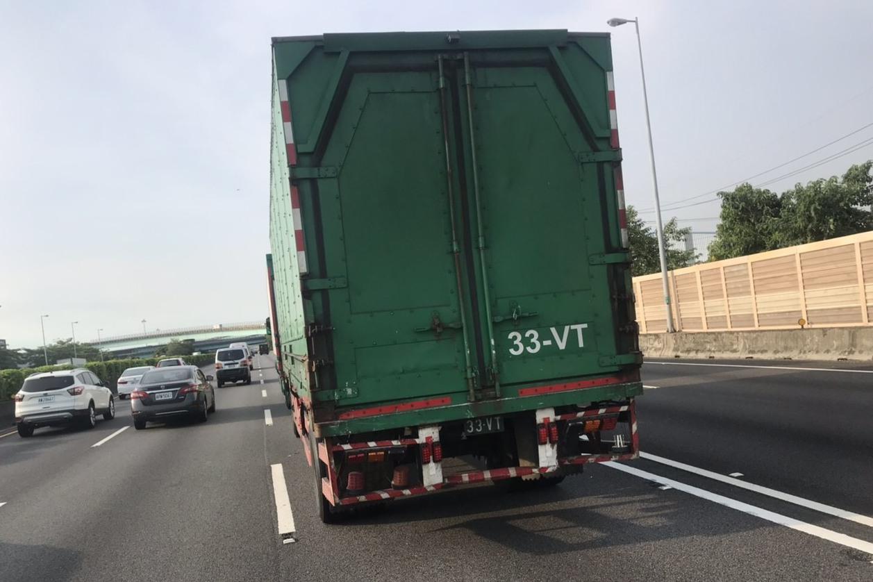國道車禍國光客運和拖板車撞一起 司機乘客13人受傷