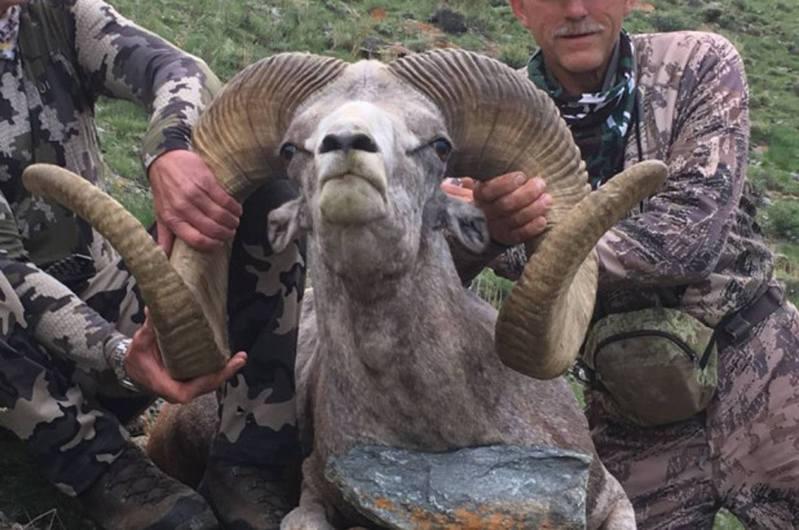 帕爾默被爆在去年8月在蒙古用弓箭殺死了瀕臨絕種的阿爾泰盤羊。圖/facebook