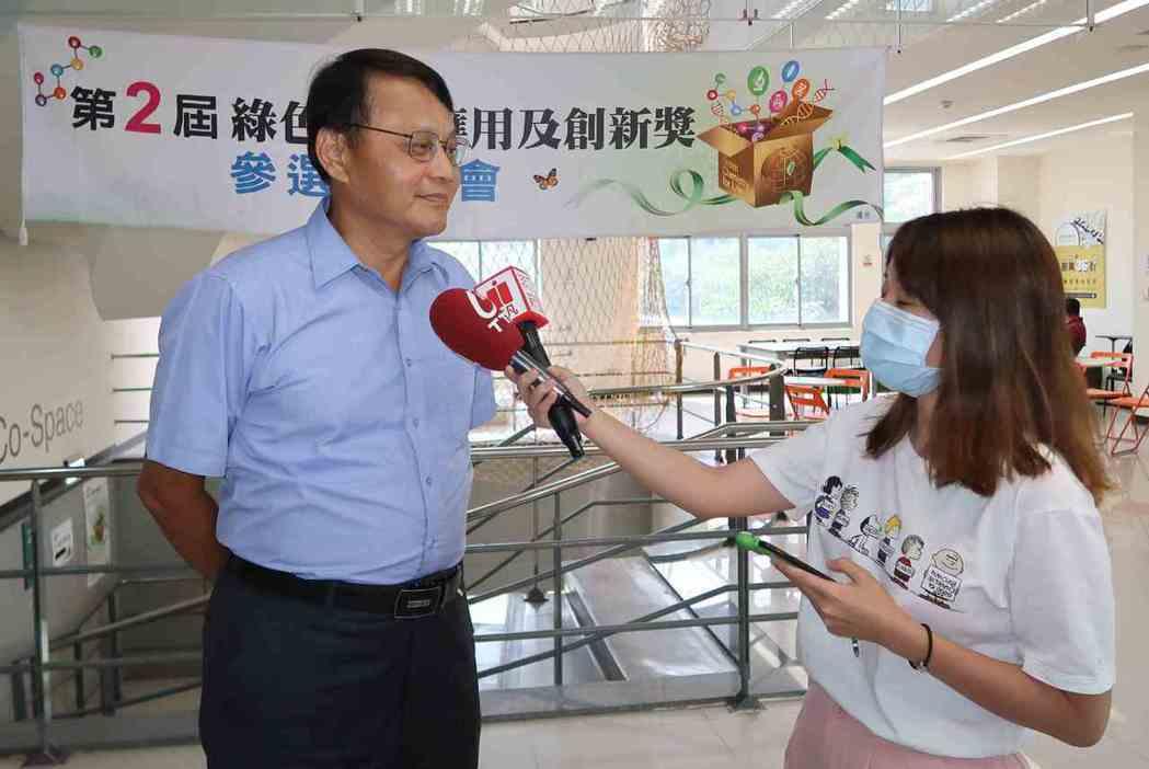 環保署毒物及化學物質局局長謝燕儒(左)接受媒體採訪。 李炎奇/攝影