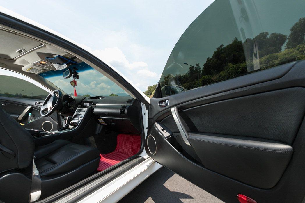 從外面看來具備優異隱密性,但從車內往外看卻依然十分清晰。 記者陳立凱/攝影