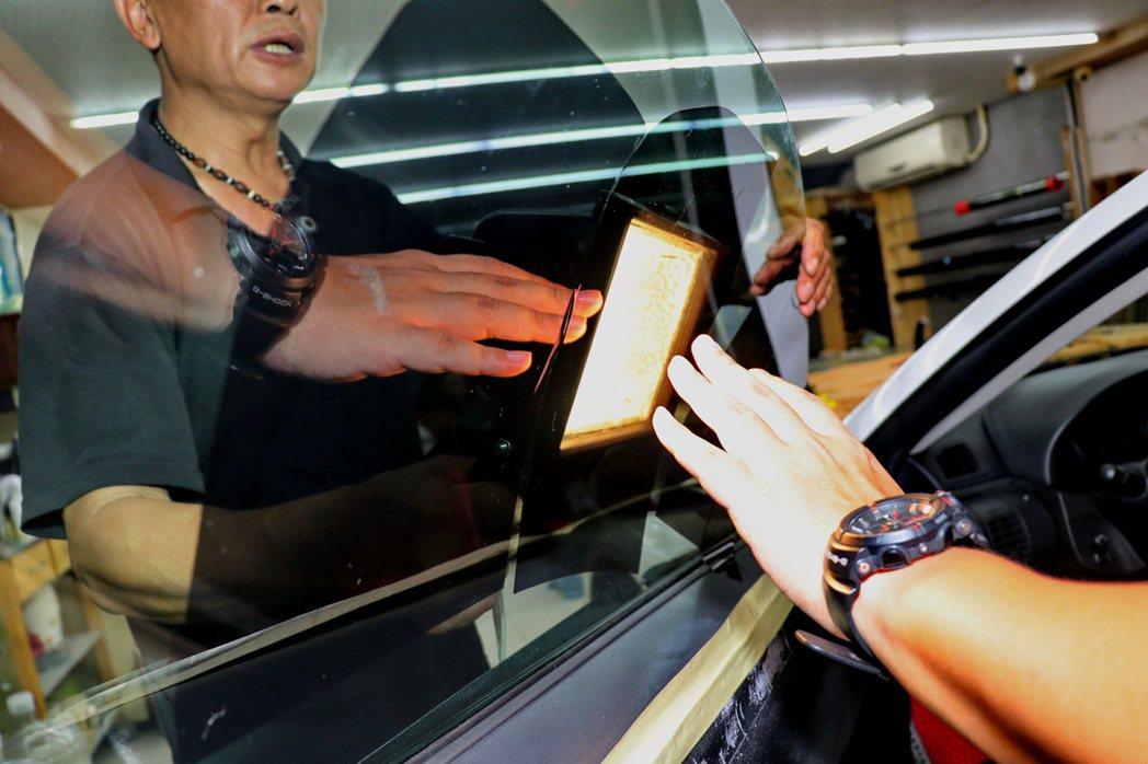 專業店家也會透過紅外線燈照射,來感受隔熱紙效能。 記者陳威任/攝影