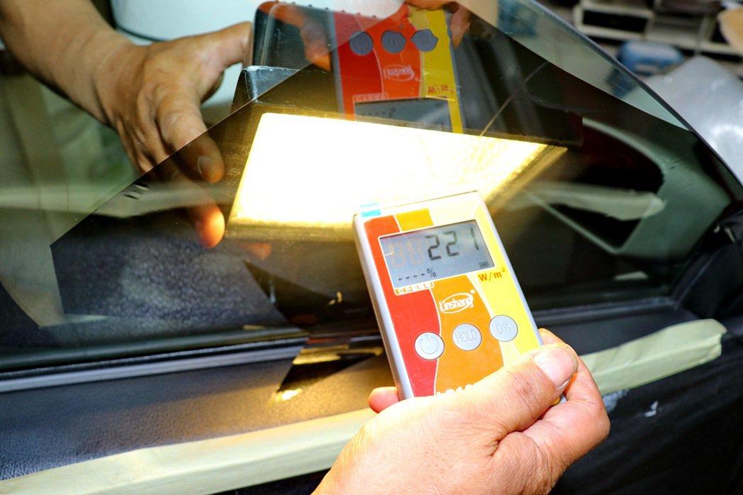 現場也能直接用儀器來測試隔熱紙表現。 記者陳威任/攝影