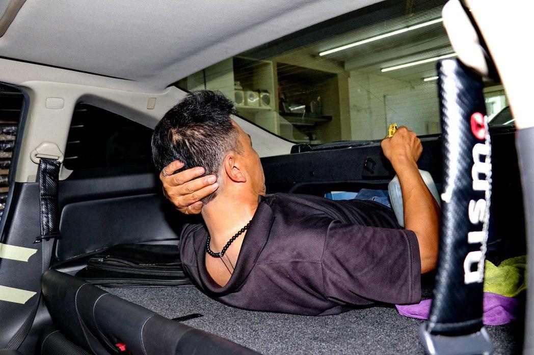 面對雙門跑車Infiniti G35後擋風玻璃的挑戰,依然難不倒阿文老闆。 記者...