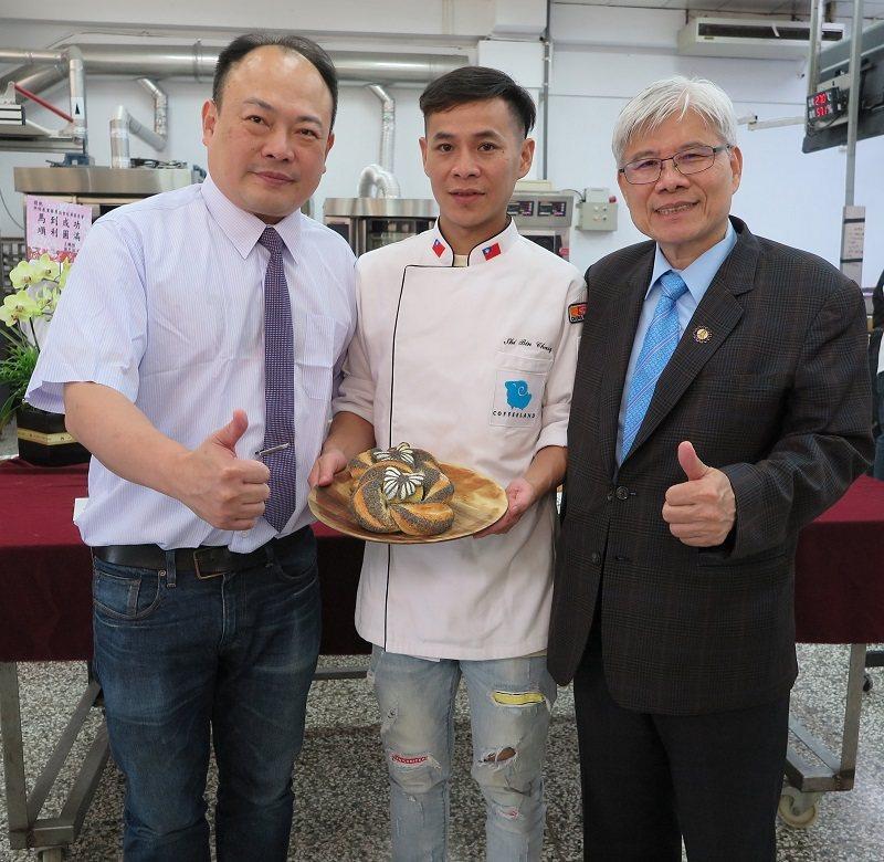 中華民國糕餅公會全國聯合會理事長周子良(右)、台灣烘焙產業發展協會長馬壽山(左)...