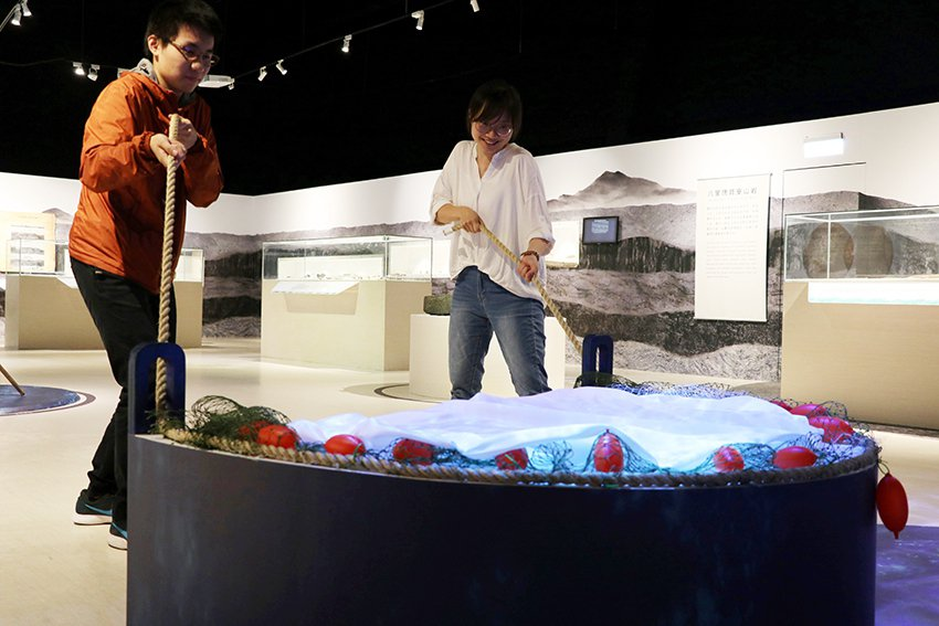 透過牽罟互動裝置,體驗合力捕魚的樂趣。 十三行博物館/提供