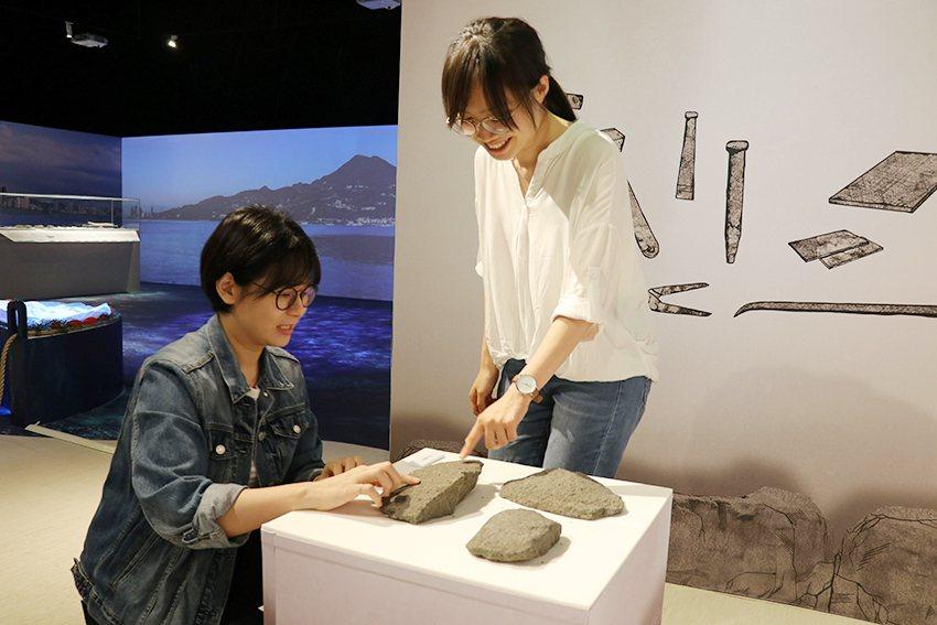 親手感受觀音山石的質感。 十三行博物館/提供