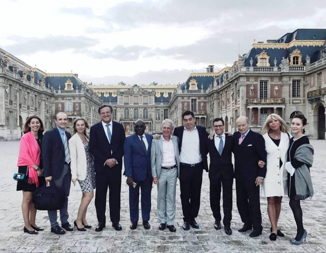 張鼎欣(右五)與SGCI歐洲團隊,攝於凡爾賽宮年會。