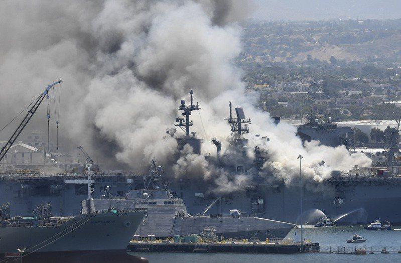 靠泊加州聖地牙哥海軍基地的美軍兩棲攻擊艦「好人理查號」12日上午驚傳爆炸起火,至少21人受傷;圖為消防隊正在撲滅艦上火勢。 美聯社