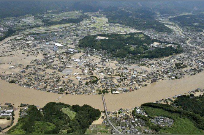 日本共同社報導,日本首相安倍晉三將前往豪雨重災區熊本縣視察災情,並跟熊本縣知事蒲島郁夫會面。圖為熊本縣人吉市洪水氾濫空拍圖。 路透
