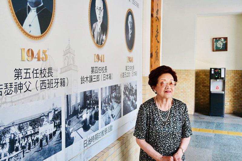 台北市私立靜修中學日籍校友川瀨富子今年高齡91歲,75年前因戰爭無法領取畢業證書,13日她應邀回母校話當年,並獲校方頒發紀念版畢業證書,一圓畢業夢。圖/台北市私立靜修中學提供