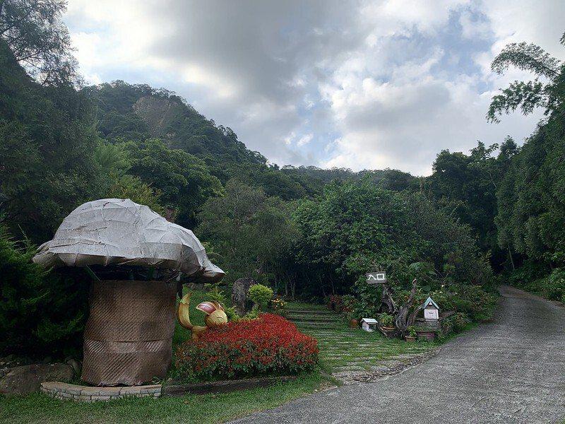 菇菇形狀的裝置入口,旁邊的二條路都到得了木屋,左邊的這一條會先通往餐廳、接待廳和露營區。
