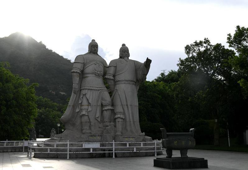 圖為位於漳州雲霄縣的「開漳聖王」陳元光與其父親陳政的雕塑。(中新社)
