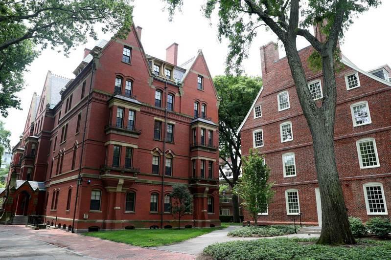 美國兩大名校哈佛大學和麻省理工學院八日控告美國政府,希望法院下令暫時停止執行「留學生只上線上課程就不能留美」的命令。圖為哈佛校園。(法新社)