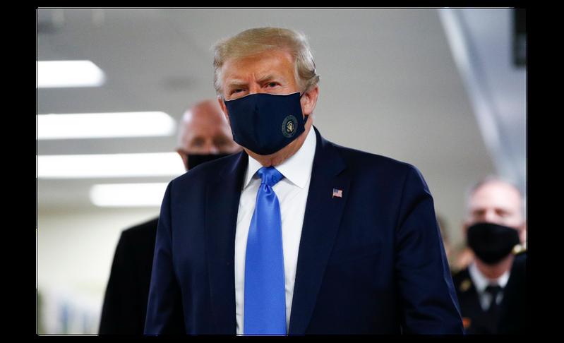 新冠病毒在全球肆虐,美國總統川普終於戴起口罩。(圖/美聯社)