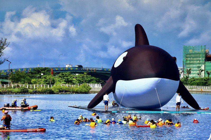 虎鯨造型藝術活動,7月15日起在台南安平登場,警方將進行交管。圖/台南市警四分局提供