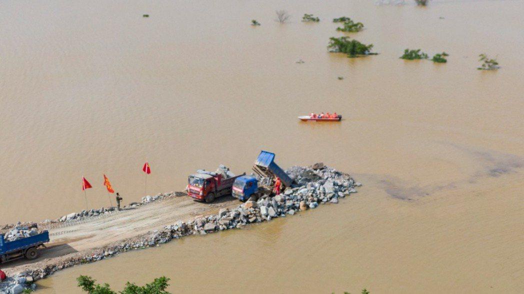 江西省鄱陽縣一度出現險情,目前缺堤位置已封堵超過一半。(新華社)