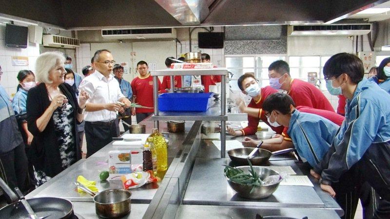 大成商工延聘外師指導雙語餐飲,讓學生學習走向際化。記者蔡維斌/攝影