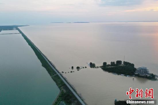 7月12日下午,江西省鄱陽縣,因鄱陽湖水位持續上漲,位於鄱陽湖東岸的鄱陽湖濕地科學園受淹。中新社
