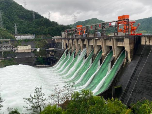 浙江新安江水庫日前9個洩洪閘孔全開洩洪,這是自1959年9月該水庫建成以來的首次...