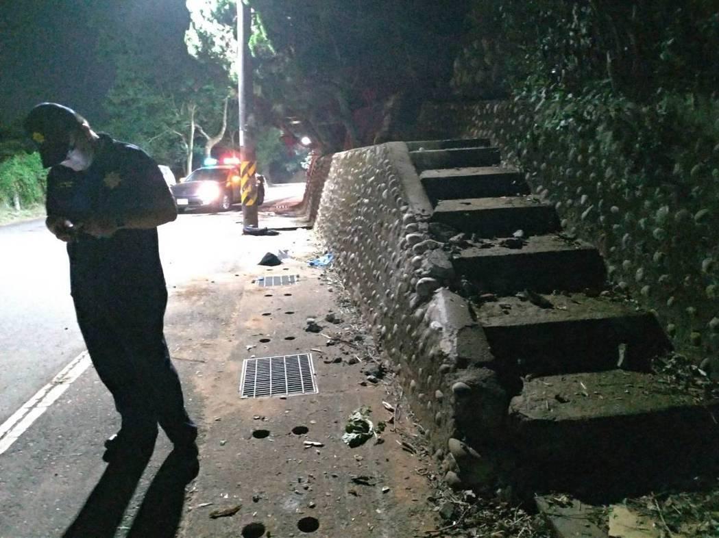 第一個撞擊點山壁剛好有階梯,導致車輛側翻。記者林昭彰/攝影