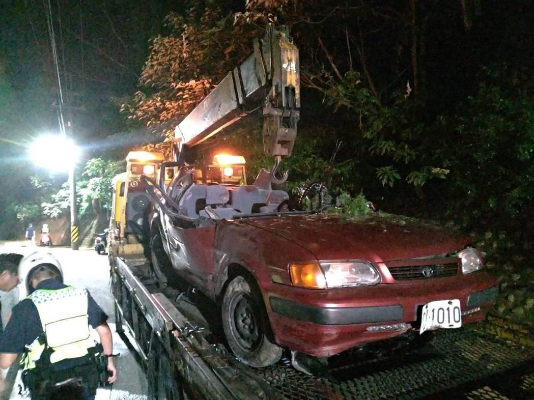 轎車車頂幾乎被削平變成敞篷。記者林昭彰/攝影