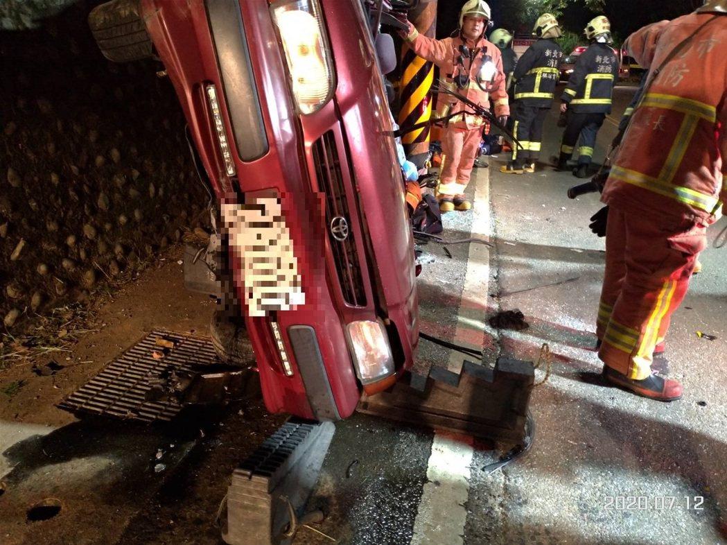 轎車車頂幾乎被削平。記者林昭彰/翻攝