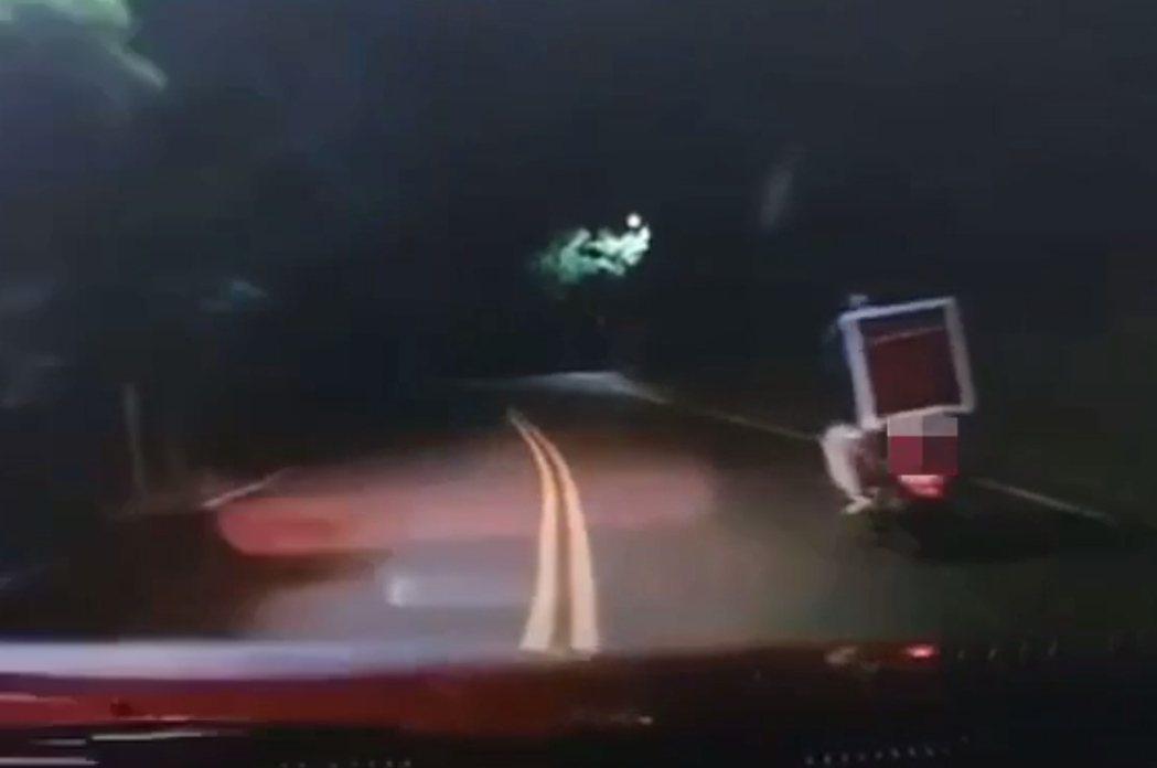 轎車超越前方機車不久便自撞山壁。記者林昭彰/翻攝