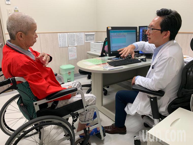 67歲的彭姓男子發生車禍造成頭顱骨折顱內出血,開刀出院後,因左手腳無力,臥床半癱...