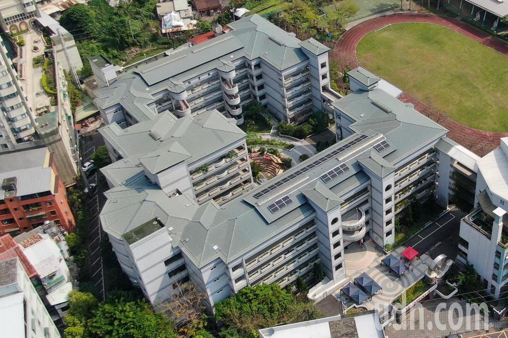 鄧公國小的全台首座學校太陽光電公民電廠今正式啟用。圖/新北市經發局提供