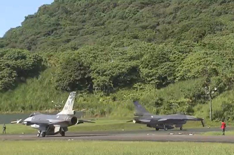 國軍「漢光36號演習」上午進入實兵演練首日,國防部主動披露F-16戰機魚貫進入完成整建的花蓮佳山基地洞庫的畫面。圖/取自軍聞社影片
