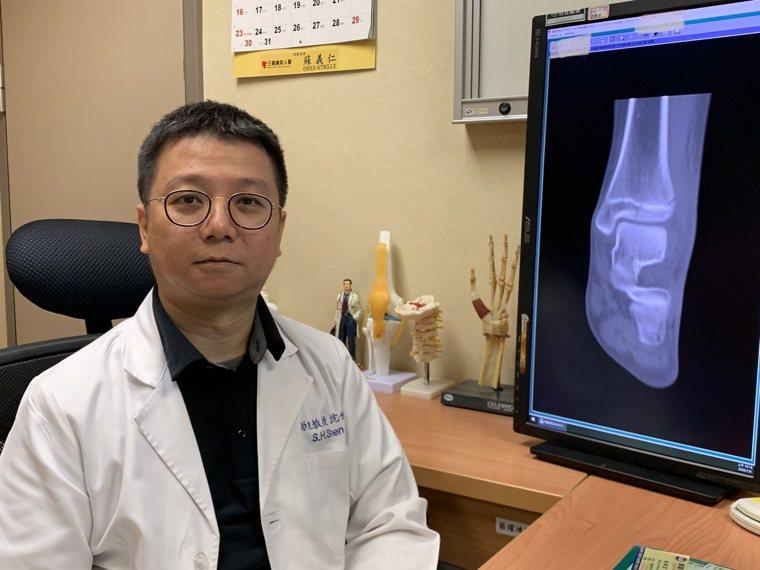 嘉義長庚醫院外傷骨科主任沈世勛解釋「關節遠端脛骨三平面型骨折」常見發生情況。圖/...