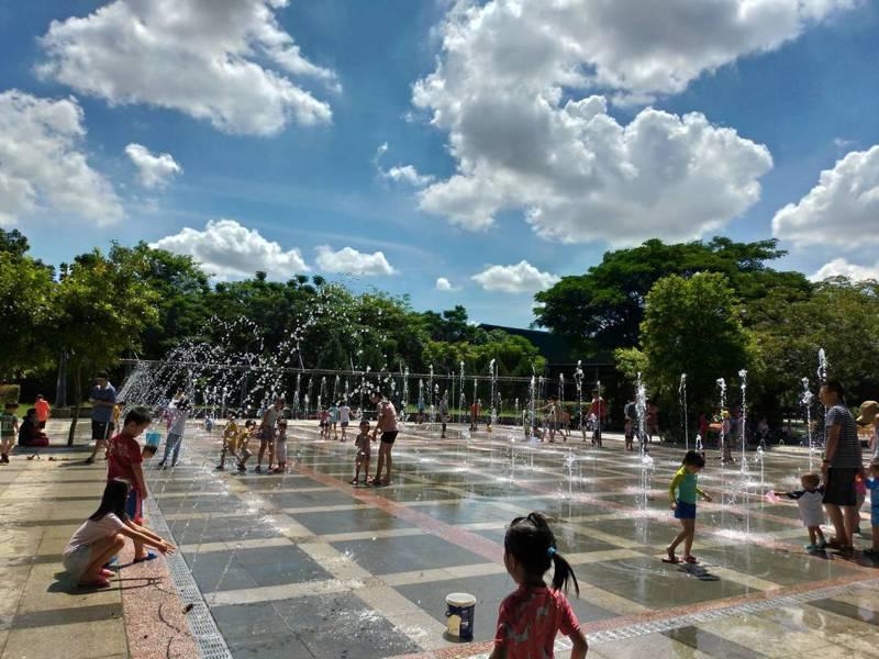 台南蕭壠文化園區親水公園15日起推出水舞加碼演出。圖/蕭壠文化園區提供