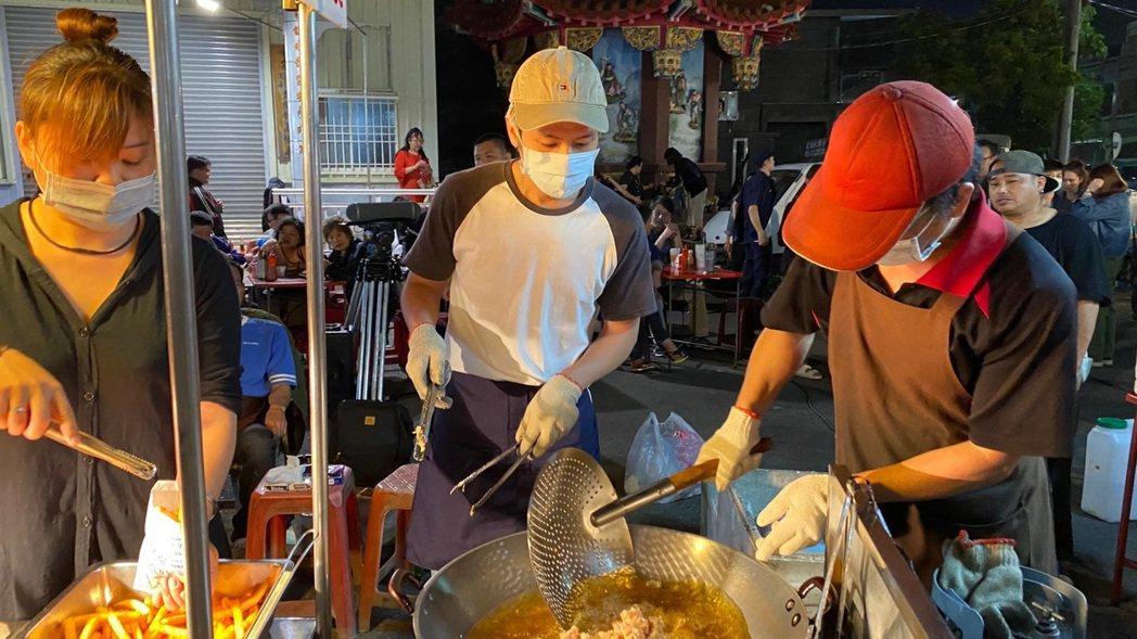 林孫煜豪(中)為「無主之子」特地學習如何炸鹽酥雞。圖/民視提供