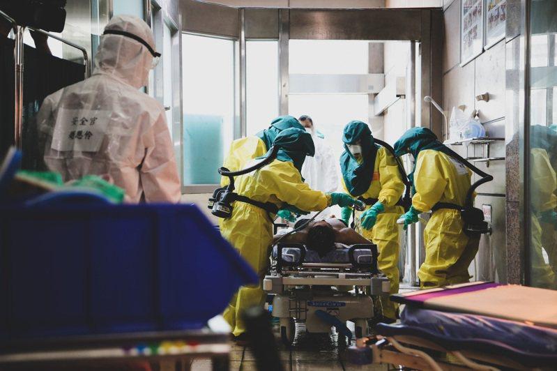 高雄義大醫院醫護人員協力進行醫療作業。圖/軍聞社