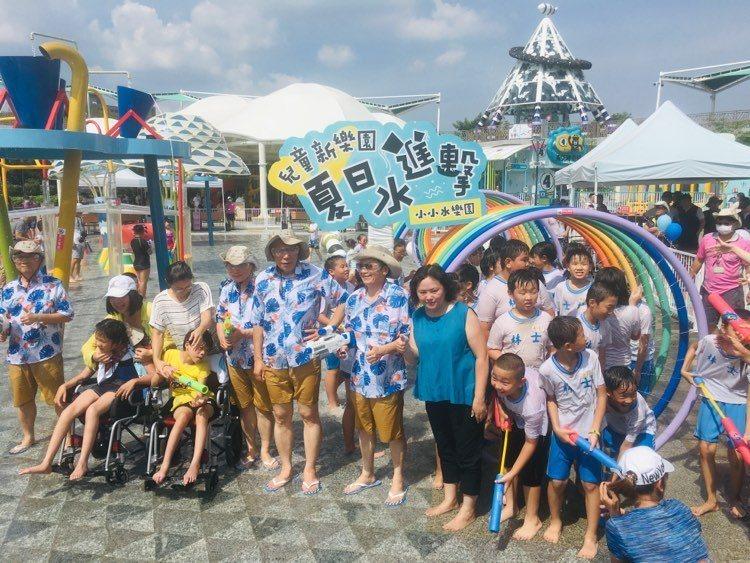 暑假登場,台北市第一座共融式親水遊樂場,今天舉行揭幕儀式,市長柯文哲身穿拖鞋、短...