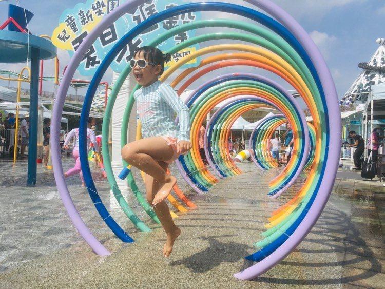 暑假登場,台北市第一座共融式親水遊樂場,今天舉行揭幕儀式,明天正式啟用,總共5項...