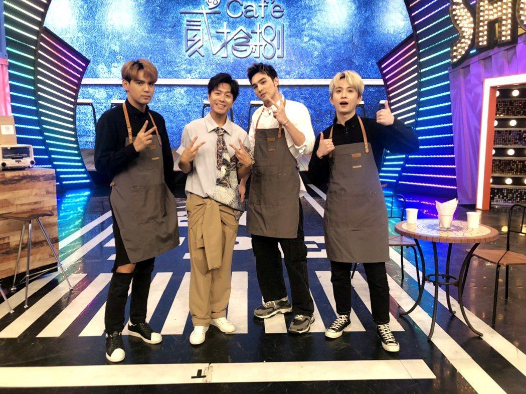 「娛樂百分百」新單元「貳拾捌cafe'」,主持人(右起)邱鋒澤、黃偉晉、與(左一