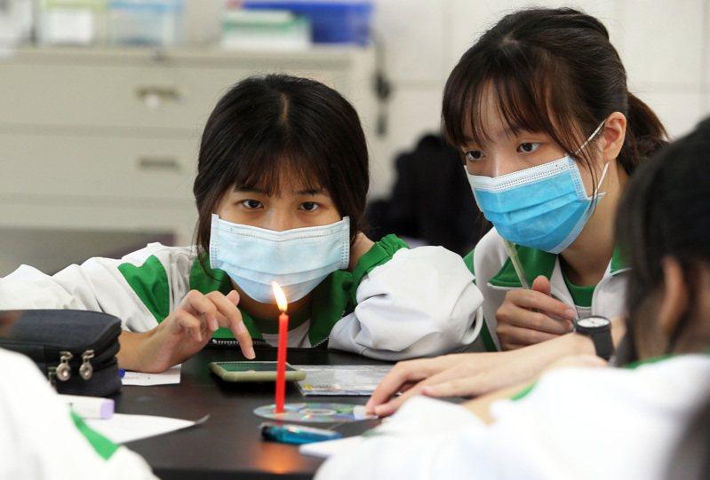 鼓山高中自然課,學生聚精會神觀察蠟燭的光與熱變化。記者劉學聖/攝影