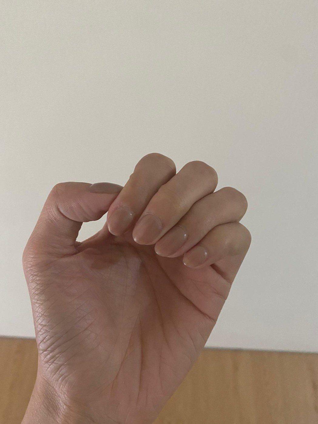 莉婭秀指甲照,澄清自己根本沒有抓傷人。圖/莉婭提供