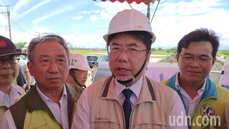 台南市長黃偉哲對於台南市警察局長周幼偉的去職,今晚表示,尊重中央的警政人事權,但對周的去職感到不捨。記者謝進盛/攝影