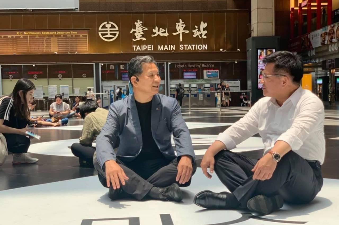 到台北車站大廳看微笑地貼 林佳龍席地而坐