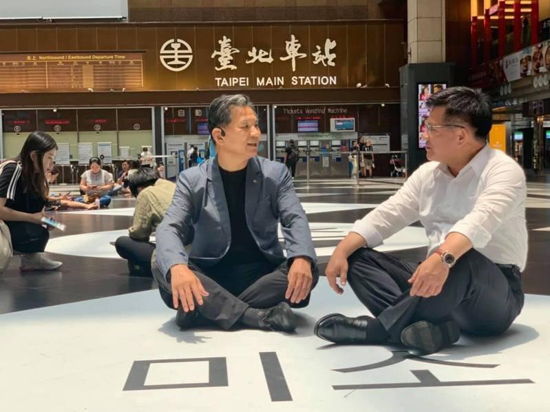 交通部長林佳龍(右)今到台北車站大廳席地而坐。圖/取自林佳龍臉書