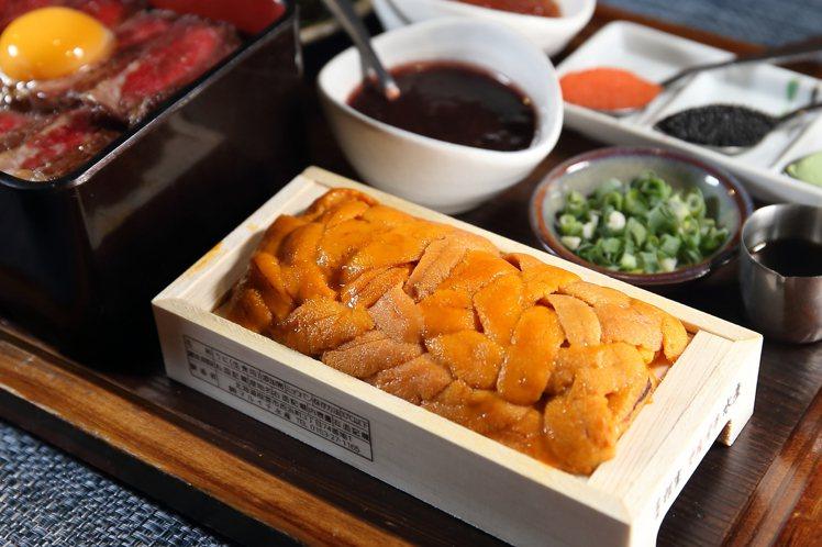 北海道三倍爆膽王丼使用了一整盒北海道馬糞海膽。記者陳睿中/攝影
