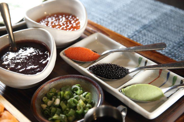 隨餐搭配有魚子醬、漬鱒鮭魚卵、明太子、海苔、生芥末、蔥花等7種配料,讓顧客自行搭...