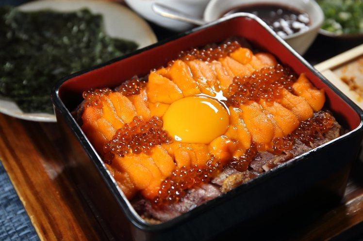 鋪上海膽與鱒鮭魚卵,更顯奢華。記者陳睿中/攝影