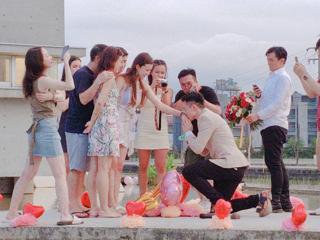 曾子益向香港女友求婚成功。圖/傳軒媒體提供